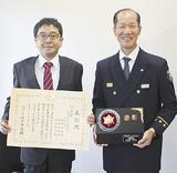 森田清署長に受賞報告した岩方さん(左)