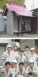 完成した日枝神社(上)と「伝統建築班」のメンバー