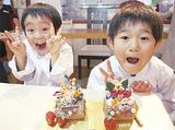 完成したケーキに笑顔の子どもたち