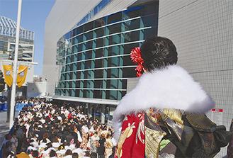 多くの新成人が新横浜に集う(昨年の様子)
