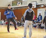 児童と交流する阿部選手