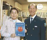 森田署長から表示証を受け取った別府社長