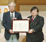 榊原理事長から感謝状を受け取った伊坂理事長(右)