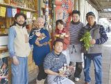 (左から)店を提供している亀谷さん、クラシノバ職員の西原さん、利用者の皆さん