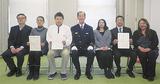 (左から)落合夫妻、村松さん、森田署長、木村さん一家