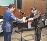 黒岩知事から感謝状を受け取る川喜田事務所長