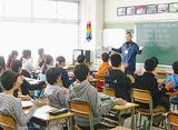 理科の授業を受ける小学生