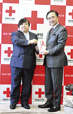 目録を手渡す伊坂会長(左)