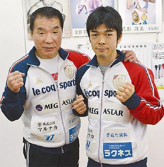 花形会長(左)の指導で世界戦に挑む大平選手