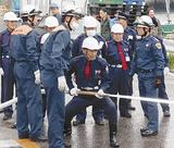 放水を実践する警備員