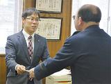 横田署長から感謝状を受け取る森局長