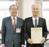二宮区長(左)から感謝状が手渡された狩野会長