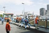 延長したホースで放水する消防団員