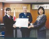 横田署長から感謝状を受け取った安田さん(左)と鈴木支店長(右)
