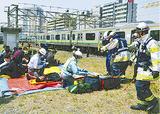乗客を救出する消防隊員ら