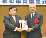 目録を受け取る森田理事長(右)