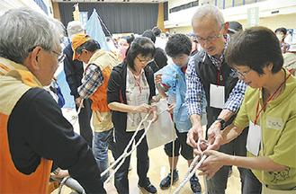 ロープの結い方を指導する会員