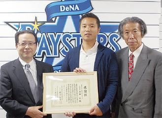 池田球団社長(写真中央)に感謝状を手渡す小澤会長(同左)と渡邉副会長(同右)