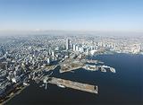 海に面する横浜=横浜市提供