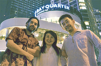 (左から)DJのジェームスさん、堀北さん、清水さん