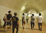 トンネルを見学する参加者