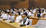 本会議場を見学する生徒たち