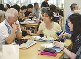 談笑する学生と参加者