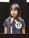 壇上で国際平和を訴える清岡さん