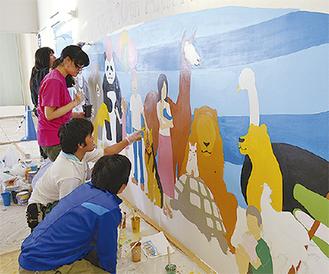 色塗り作業を進める学生たち