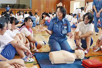 消防団員の説明に耳を傾ける生徒たち