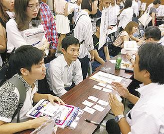 就職相談をする留学生
