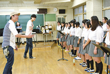 生徒に指導する吉田さん(奥)と北さん(手前)