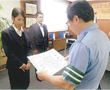 感謝状を贈る廣瀬署長(右)
