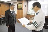 感謝状を受け取る金子局長(左)