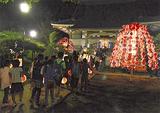 万灯や提灯を持って行列を作る参加者