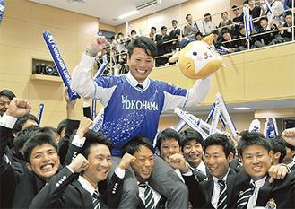 チームメートに肩車され指名を喜ぶ浜口遥大投手=神奈川大学横浜キャンパス=