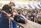 大観衆の前で披露されたマグロの解体ショー