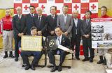 寄贈した伊坂会長(前列左)ら