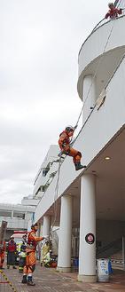 要救助者の救出後、脱出する救助隊員