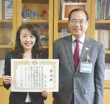 二宮区長から表彰された加藤さん(左)