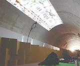 トンネル壁面に映し出された映像