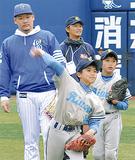 小学生の投球フォームを見る筒香選手