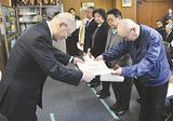 功労者を表彰する須藤会長(左)