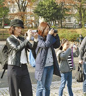 カメラを構える参加者