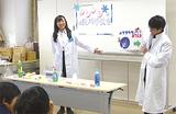 白衣姿で実験を披露する科学部員
