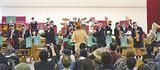観客の手拍子にあわせ演奏する生徒たち