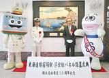 浮世絵パネルを囲む小野駅長(左から2番目)ら