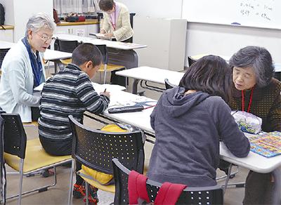 勉強を教えるメンバー
