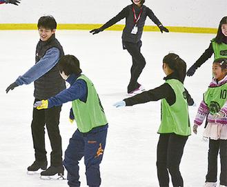 参加者と一緒に滑る小塚さん(左)