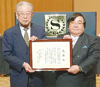 榊原理事長から感謝状を受け取った伊坂理事長